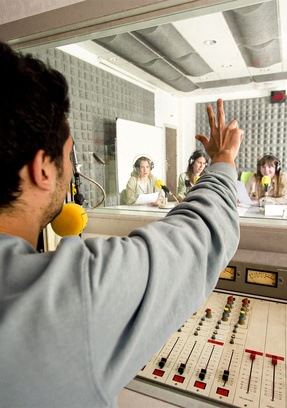 Locutor en estudios de radio