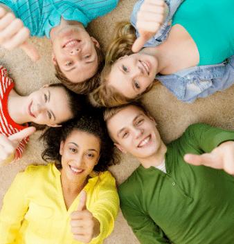 uśmiechnięci młodzi ludzie leżą na plecach na plaży