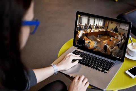 kobieta ogląda na laptopie sesję rady z transkrypcją