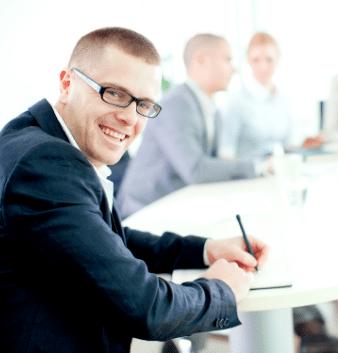 uśmiechnięty mężczyzna w okularach referencje 4community.online