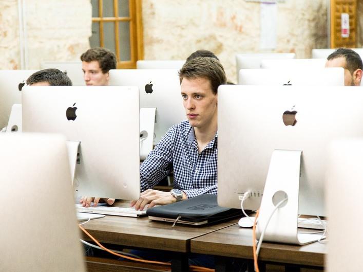 Alumnos con ordenadores última tecnología