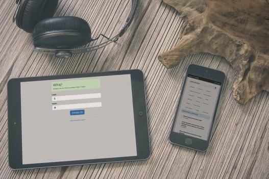 tablet i telefon z panelem logowania do systemu 4community.online