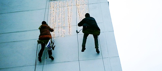 montare luminite craciun cu alpinisti utilitari