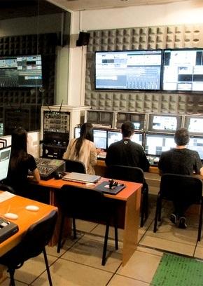 Equipo en sala de postproducción