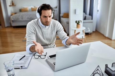 mężczyzna ogląda wideo i denerwuje się, bo nie ma transkrypcji