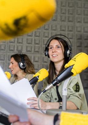Periodista en estudios de radio