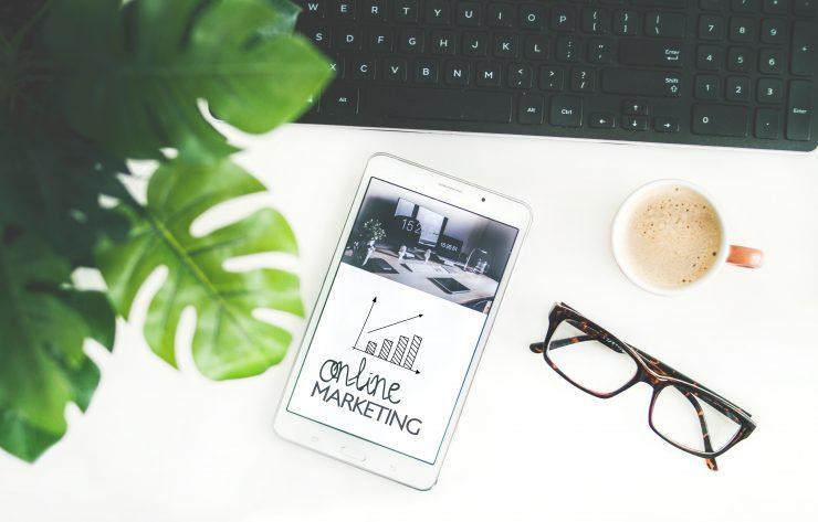 Biurko z telefonem i wykresem wzrostu marketing