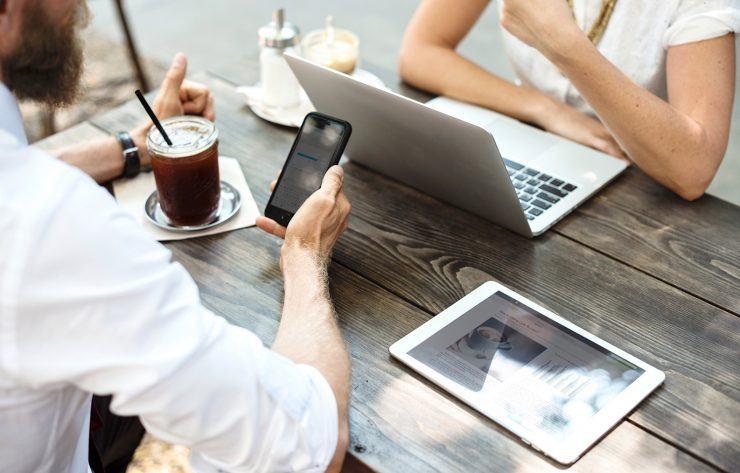 marketerzy pracujący z komputerem, tabletem i smartfonem