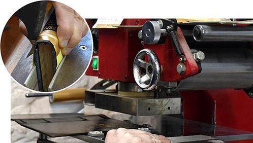 фото тиснения золотой фольги на кожаной обложке логбука яхтсмена