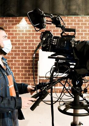 Periodista en plató de televisión