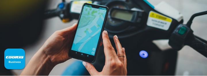 Une main en utilisant un mobile où vous pouvez voir l'application Cooltra
