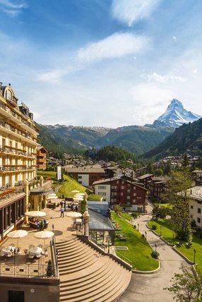 Hotel in den Bergen mit Aussicht auf das Matterhorn
