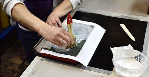 фото ручного склеивания кожаной обложки логбука