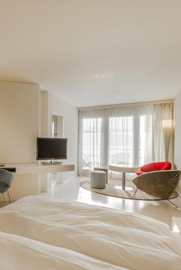 modernes Hotelzimmer mit Balkon