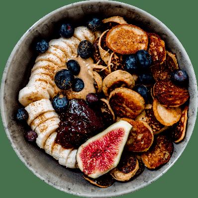 Bowl owocowy z przepisu Natalii Kusiak w książce The Bowl Book. Pomysły na szybkie i zdrowe roślinne posiłki.