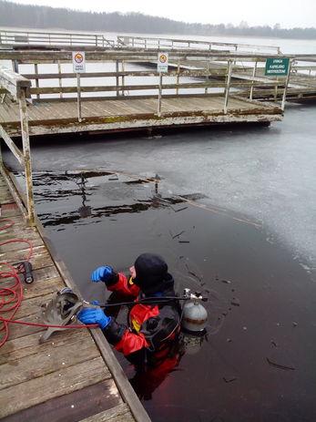 Poszukiwanie obiektu pod lodem